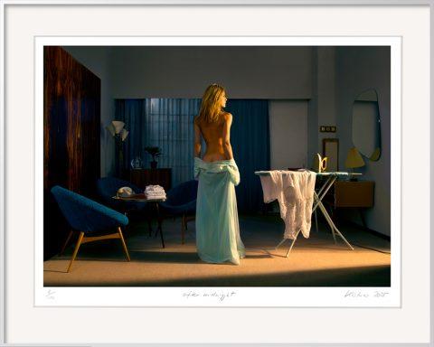 Die Fotografie After Midnight von Horst Kistner zeigt eine halbnackte Frau einsam in der Nacht am Bügelbrett