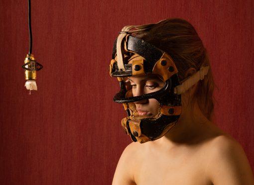 Porträt einer Frau mit Baseballmaske