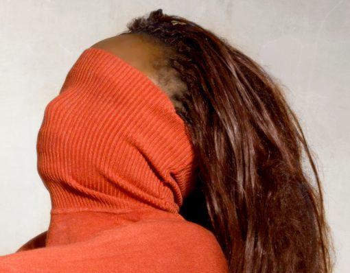 Verdecktes Gesicht einer farbigen Frau
