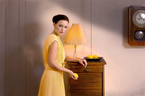 Kunst Postkarte mit Frau und Zitrone