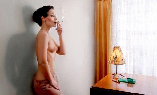 Kistner Postkarten Elaine Smoking rauchender Halbakt an Schreibtisch stehend