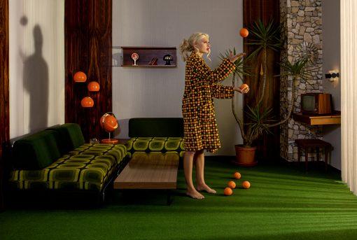 Kunstpostkarte mit Frau die jongliert