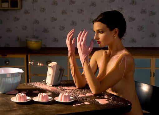 Postkarte mit einer Frau die Pudding macht. Surreal
