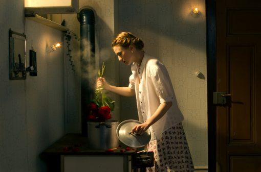 Kunstpostkarte boiling point. Frau vernichtet Blumenstrauß.