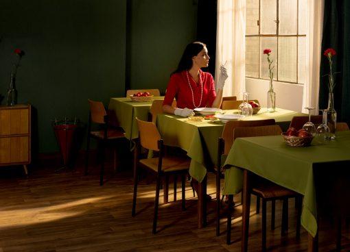 Postkarte Göttliche Blumen mit einer einsamen Frau in einer Gaststätte