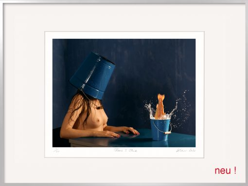 Kistner Fotografie Face Blue: Frau mit blauem Eimer als Coronamaske
