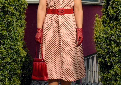 Frau mit roten Handschuhen und roter Tasche Detailaufnahme