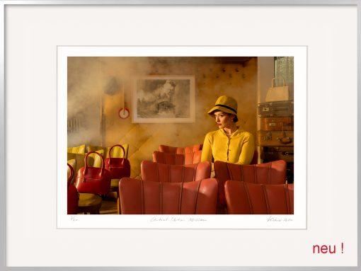 Kistner Fotografie Central Station eine Frau im Wartesaal mit gelben Hut