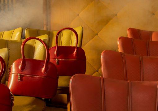 Detail einer Fotografie mit roten Handtaschen.