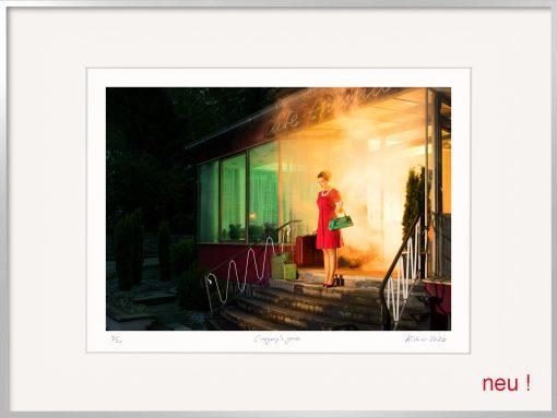 Die Kistner Fotografie Gregory´s gone zeigt eine Frau aus dem brennenden Kaffee laufend