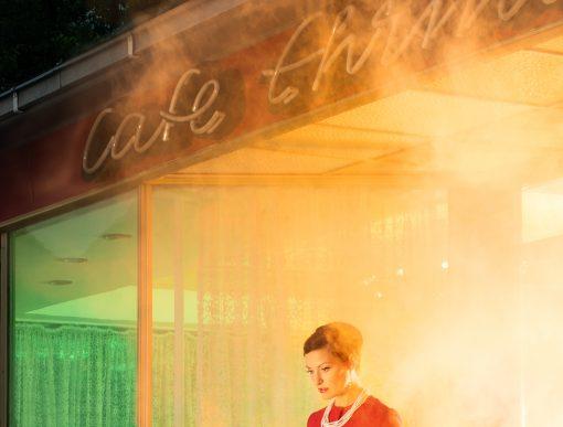 Brennendes Kaffee aus dem eine Frau herauskommt.