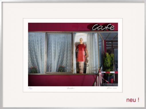Fotografie Horst Kistner Invader. Eine einsame Frau steht an einem Fenster und schaut raus