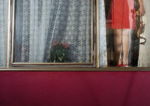 Detail einer Frau mit roten Schuhen
