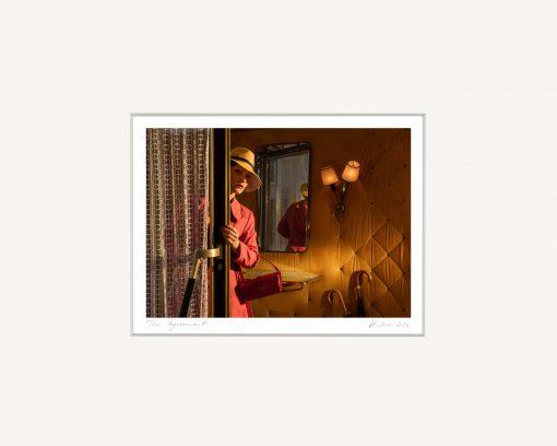 Horst Kistner´s Fotografien sind geheimnisvoll . Eine Frau betritt vorsichtig einen Raum.