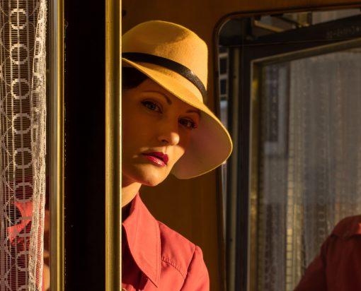 Detailaufnahme einer Frau mit gelben Hut.