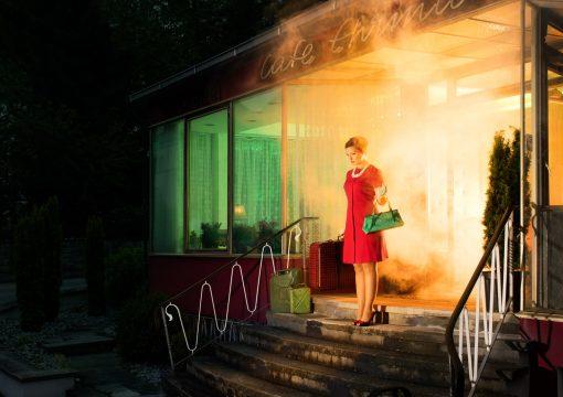 Horst Kistner | Postkarten | Greory´s gone Eine Frau verlässt ein brennendes Kaffee - eine Postkarte