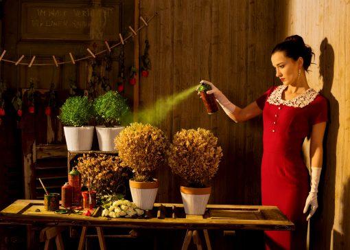 Kistner Yearning for Nature Kunstpostkarte mit eine Frau die die Natur retten will indem sie Blumen grün färbt