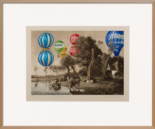 Die Malereicollage von Thomas Gatzemeier Die Kuh, die sich spiegelt ist eine Überarbeitung einer Heliogravüre in surrealistischer Manier. Heißluftballons schweben über einer romantischen Landschaft mit weidenden Kühen.